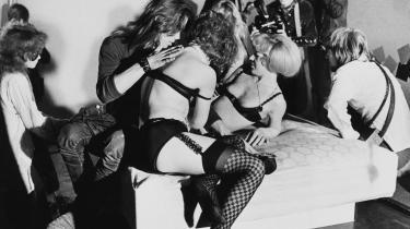Pornoen blev frigivet i Danmark i 1969. Derefter fulgte en periode med ungdomsoprør, frisind, seksuel frigørelse, opbrud og forandringstendenser. Billedet er fra en sexmesse i Odense.
