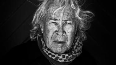 Jørgen Leth er aktuel med en ny digtsamling, hvori han udforsker sin egen gradvise opløsning og bevægelse mod døden. Her fortæller han om, hvordan hans krops forfald har givet gode digte, at han er færdig med prosa, og hvorfor han egentlig burde kunne lide 'Landmand søger kærlighed'
