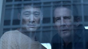 Kender I det, nårman er uopmærksom et øjeblik, mens ens kollega går med den formodede seriemorder ind i et trangt rum, hvor han lige skal finde nogle piller i et skab? Det gør Thomas Bo Larsens karakter i Bedrag.