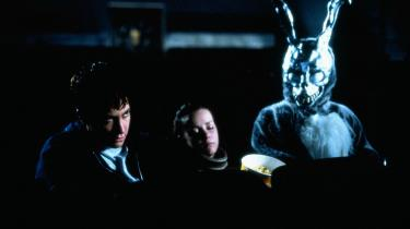 At forlaget kalder 'Frank' for en »autofiktiv depressionsgyser«, altså et vidnesbyrd, gør den ikke nødvendigvis læseværdig. Den genbrugte metalkanin fra 'Donnie Darko' gør ikke meget andet end at pege på, at romanen ikke er filmens ligemand, skriver Informations anmelder.