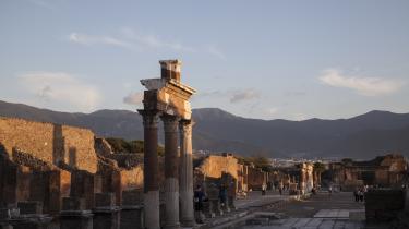 Pompeji er så hel og mangfoldig, så påtrængende i sit datidige blivende nærvær, skriver Georg Metz.