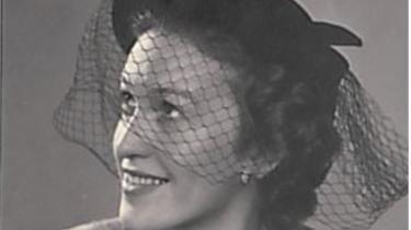 Rosa Stegeager voksede op i et fattigt kvarter i Vejle sammen med sine fire søskende. Hendes far var vognmand, mens moren var hjemmegående. Mange af børnene rendte rundt uden sko og varmt tøj om vinteren, men Rosa Stegeagers mor var en flittig husmor, der syede tøj til børnene.