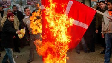 Kirstine Sinclair gør opmærksom på, at eftertanken for alvor begyndte at melde sig, da den danske eksport til Mellemøsten blev truet. Her brændes Dannebrog af på Vestbredden i februar 2005.