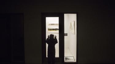 Selv om museerne er lukkede, er det stadig muligt at se kunst. På billedet ses Danmarks måske mindste galleri, der ligger på Havneholmen på Vesterbro i København.