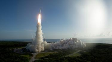 Rumraketten med det lille køretøj Perseverance ombordletter fraCape Canaveral rumstationen i Florida i juli 2020. Om alt går vel, lander Perseverance på Mars om aftenen den 18. februar 2021 dansk tid.