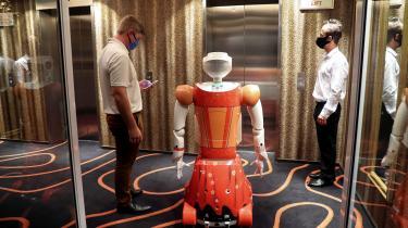 En stuepige på Hotel Sky i Johannesburg har mistet sit job til en robot. Skurken er ikke robotten, men kapitalismen.