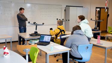 På Egelundskolen i Albertslund bliver 13 elever fra 5. til 9. klasse nødundervist. Her er matematiklærer Birger Tønnesen ved at undervise Victor Stormlind, Celina Andersen og Cecilie Lilja Arvedsen.