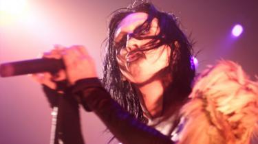 Afsløringen af Marilyn Manson som en overgrebsmand og sagen om countrystjernen Morgan Wallens racistiske skældsord har accentueret spørgsmålet om, hvem og hvad man lytter til. For i vor tid er musiklytning en offentligt målbar handling, og det kan betyde, at den kan være en moralsk, politisk, ja, endda aktivistisk handling. Men den kan også være udtryk for en fuldt berettiget granskning af en ny lytteposition – og af menneskets mørke sider