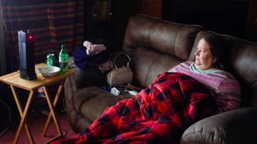 Connie Flemings bruger en portabel varmeblæser til at varme op, efter ekstreme fald i temperaturen, har forårsaget strømafbrydelser i Texas.