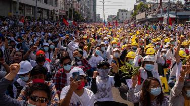 Mandag demonstrerede befolkningen over hele Myanmar. Ikke blot i hovedstaden, Naypyidaw, og det kommercielle og befolkningsmæssige centrum, Yangon, men også i et væld af små og store byer. Her er det i Mandalay, hvor to personer blev skudt og dræbt af militæret.
