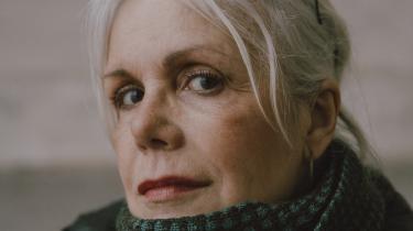 Christina Hesselholdt vender med sin kommende bog tilbage til romanserien om alter egoet Camilla og hendes venner. I de syv år, der er gået siden sidste bind i serien, er verdens elendighed blevet mere presserende og splittelsen større. Det mærker man på Hesselholdts karakterer