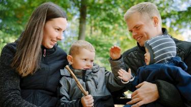 Lena og Mads fra Als er et af de helt almindelige forældrepar, der i 'Årgang 20' bøvler med det helt almindelige problem at få tiden til at slå til.