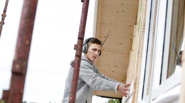 En tømrerlærling er i gang med at bygge et hus. I Danmark har vi satset massivt på kompetenceløft gennem uddannelse, og det er en model, der har virket, skriver Pelle Dragsted i dette debatindlæg som kommentar til, at forslaget om indslusningsløn bragt op igen i sidste uge. Vores 'indslusningsløn' kalder vi ganske enkelt lærlingeløn, elevløn og SU.