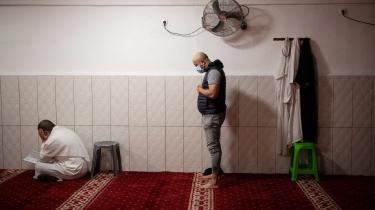 Mænd iført mundbind deltager i en fredagsbøn i Tahara-moskéen i Marseille under sidste forårs coronanedlukning. Moskéerne var lukkede under nedlukningen, men få undtagelser måtte lukke et begrænset antal ind, hvis de holdt afstand.