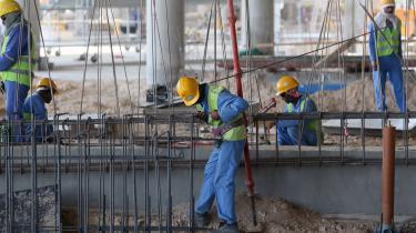 Dusinvis af rapporter har dokumenteret, hvordan Qatar har brudt menneskerettighederne. Migrantarbejdere, der har byttet stadioner og infrastruktur op til VM i fodbold 2022, er blevet stavnsbundet som slaver i det såkaldte Kafala-system: ingen løn, ingen frihed og ingen rettigheder.