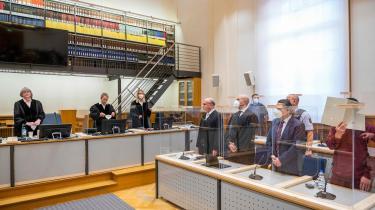 En tidligere syrisk efterretningsofficer (yderst til højre) er ved den tyske domstol i Koblenz blevet dømt for forbrydelser mod menneskeheden ved medvirken til 30 tilfælde af tortur mod fanger i det berygtede al-Khatib-fængsel i Damaskus. Sagen er det første eksempel på, at en højtstående syrisk officer er blevet retsforfulgt efter FN's 'universelle retsorden'.