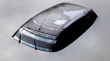 Arkivfoto. Oversvømmet bil under skybrud i København d. 15. august 2010. I går kom Klimarådets rapport med en hård kritik af Danmarks klimaindsats.