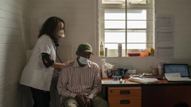 Der er grund til at frygte mulige mutationer, der trives i de mange udviklingslande, hvor overvågningen er svagere eller helt væk, og det er bare én af grundene til at patenterne til COVID-19-vaccinerne bør frigives, skriver kronikørerne. Her gives en COVID-19-vaccination i Soweto i Sydafrika.