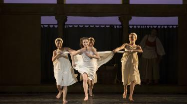 Julie løber frem mod publikum i al sin uskyld og leg. Her i Ida Praetorius' skikkelse.