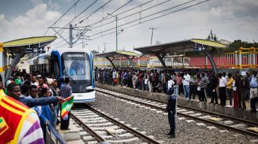 Kina er en storinvestor i global infrastruktur – som denne jernbane i Addis Ababa i Etiopien – og for tiden er der ekstra grund til at zoome ind på den kinesiskdominerede investeringsbank AIIB's aktiviteter, lyder det fra VedvarendeEnergi. Banken har nu udstedt lån for 124 milliarder kroner og godkendt over 100 projekter. Og tempoet bliver på grund af pandemien sat hastigt i vejret.