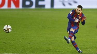 Lionel Messi, der her scorer mod Sevilla tidligere på måneden i en spansk ligakamp, er selv tavs, men viser sin irritation gennem 'kilder' til den spanske sportspresse.