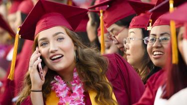 Amerikanske studerende gældsætter sig mere og mere for at få en uddannelse. Haley Walter (billedet), læser jura og kan imødese en studiegæld på over 100.000 dollar, inden hun får sit eksamensbevis.