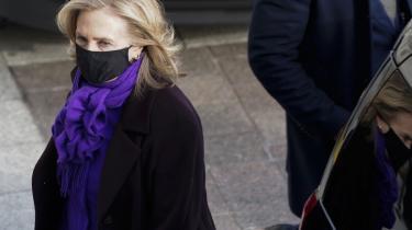 Hillary Clinton, tidligere førstedame og præsidentkandidat i USA, og Louise Penny, canadisk krimiforfatter i toppen af bestsellerkategorien, har slået talenterne sammen. Det skønlitterære resultat udkommer til oktober under titlen 'State of Terror'.
