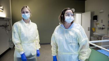 Sygeplejersker på Svendborg Sygehus iført de beskyttelsesdragter, de skal bruge på hospitalets COVID-afdeling. Arkivfoto.