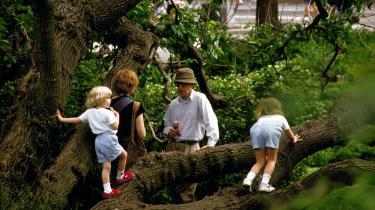 Mens Mia Farrow og Woody Allen var sammen, adopterede Farrow børnene Dylan og Moses, som Allen også senere adopterede. Parret fik også sønnen Satchel, som i dag hedder Ronan Farrow.