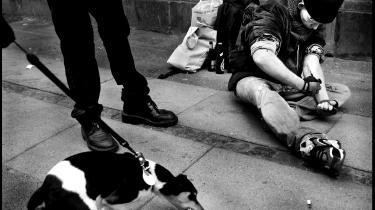 Narkobetjent René Dahl Andersen beskriver, hvordan der er »en afhængighedsskabende tilfredsstillelse« ved at arbejde som narkobetjent på Vesterbro, fordi man hurtigt ser resultater af sit arbejde: »Problemet er bare, at sådan en belastning og sådan et miljø i for mange år i træk rykker ved et menneskes grænser.« På billedet er Krølle ved at tage et fix.