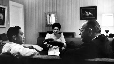 Det var en anden tid, dengang det lykkedes prodemokratiske filippinske kræfter at vælte Ferdinand Marcos, netop fordi USA trak støtten til diktatoren. På fotoet ses han i 1966 i samtale med den amerikanske præsident Lyndon B. Johnson og hustruen Imelda Marcos i baggrunden.