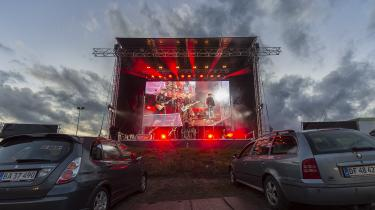 Det har været et hårdt år for næsten alle dele af kulturen. På trods af stor opfindsomhed såsom onlineteater har mange været helt uden arbejde. Her er det U2-coverbandet Die Herren, der spiller driveinkoncert i Viborg fredag d. 16. maj 2020.