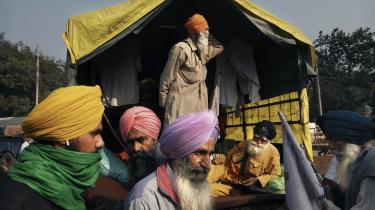 Indiske bønder under en protestaktion mod den indiske regering, som vil indføre en ny landbrugslov, som blandt andet vil afvikle prisbeskyttelse af afgrøder. Det har medført omfattende protestaktioner i Indien i de seneste måneder.