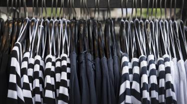 Den massive overproduktion af tøj er et kæmpe ressourcespild og derfor voldsomt skadeligt for miljøet.