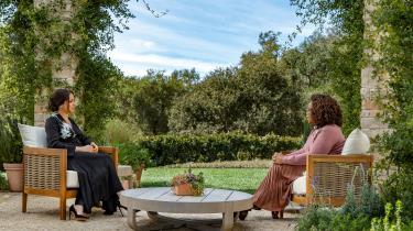 »Der er ingen slange i det amerikanske paradis. Der er tværtimod Oprah Winfrey, som måske er den bedste i verden til at skabe sympati for dem, hun taler med, og lytte og nikke og artikulere deres lidelser, så de bliver publikums egne følelser,« skriver Rune Lykkeberg i denne klumme.