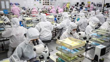 Kinesiske arbejdere i gang med at producere LED-chips på en fabrik i Huaian. Kina står til en væskt på 7,8 procent i år.