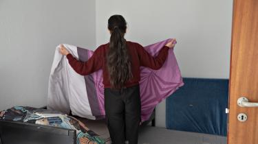 52-årige Ramadan bor sammen med sin hustru og tre ud af sine i alt ti børn i en lejlighed i Vejle. Han er flygtet fra Syrien, men han og hans familie har fået afslag på forlængelse af deres opholdstilladelse i Danmark. På billedet ses Ramadans datter.