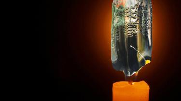 På Esbjerg Kunstmuseum har de haft succes med at skabe kontakt mellem kunstner og museets gæster online. Kunstnere laver et oplæg, som gæsterne kan bygge videre på hjemme ved at downloade nogle enkle computerprogrammer. Her har kunstneren Sofie Bird Møller stillet et af sine penselstrøg til rådighed, som man som onlinegæst så kan indarbejde i sit eget foto. Her har Peter Leth sat det ind som flammen på et lys