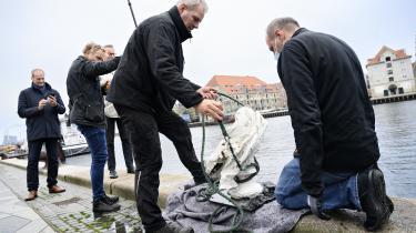 Forholdene på Kunstakademiet kom blandt andet i fokus, da en aktivistgruppe havde smidt statuen af Frederik V. i havnen i november 2020. På billedet hejser dykkere statuen af grundlæggeren af Kunstakademiet op fra Københavns Havn.
