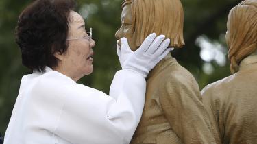 Lee Yong-soo var sexslave under Anden Verdenskrig og rører ved en ceremoni i 2019 ved en statue, som symboliserer de såkaldte 'comfort women'. En professor fra Harvard Law School hævder nu i en artikel i tidsskriftet Law and Economics, at de sexslaver, den japanske hær tog under 2. verdenskrig, var ansat på kontrakter, som de af egen fri vilje underskrev.