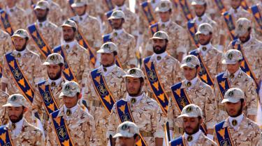 To direktører blev i sommeren 2019 sat på USA's sanktionsliste, anklaget for at bistå med at omgå de økonomiske sanktioner mod Iran og for at bistå med at smugle våben ind i Irak til militser, der har forbindelse til den iranske revolutionsgarde. På billedet ses soldater fra den iranske revolutionsgarde.