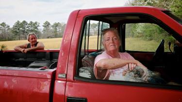 Matt Chandler og Cindy Downs bor i den lille flække Athens i Alabama. Cindy Downs har modtaget en stimuluscheck på 10.000 kroner fra regeringen som led i Bidens nye gigantiske coronaredningsplan.
