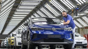 Med et stærkt milliardoverskud for 2020 i ryggen slog Volkswagen – verdens største bilproducent – tilbage i sidste uge. Koncernen vil lave et slagkraftigt og billigt universalbatteri. Til formålet opbygges nu seks enorme batterifabrikker i Europa.