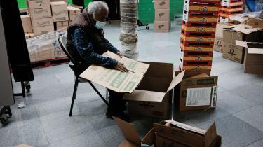 De arbejdsløse og deltidsindsatte amerikanere har udsigt til at få det værre. I en kirke i det sydlige Bronx pakker frivillige fødevarehjælp til bydelens udsatte.