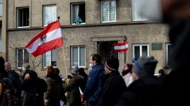 Demonstration imod håndteringen af corona i Wien lørdag. Uge efter uge tiltrækker coronaprotester tusindevis af demonstranter i de større østrigske byer.