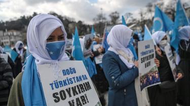 Det kinesiske regime har i årevis forsøgt at tilintetgøre uighurerne som folk. Her demonstrerer uighuriske kvinder ved det kinesiske konsulat i Istanbul, Tyrkiet, til kvinderne internationale kampdag den 8. marts for at få nyheder om deres forsvundne familiemedlemmer.