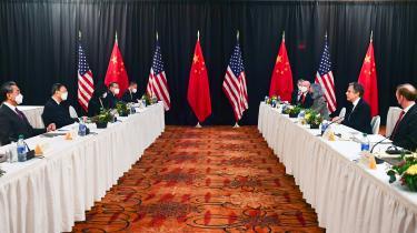 Til topmødet mellem amerikanske og kinesiske diplomater i Alaska fredag gjorde USA det klart, at man ikke længere vil se bort fra Kinas krænkelser af universelle (vestlige) værdier. Det blev mødt af krigerisk retorik fra de to kinesiske topdiplomater, som sagde, at »dem, der prøver at kvæle Kina, ender altid med at skade sig selv«.