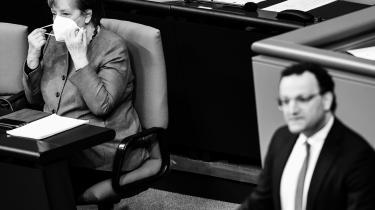 »Merkel har med næb og kløer forsvaret en »nødbremse«, der sikrer konsekvente nedlukninger, når en række grænseværdier nås. Det gør de mange steder meget snart – i hvert fald lokalt. For ligesom store dele af Europa står Tyskland foran tredje coronabølge.« skriver Mathias Sonne.
