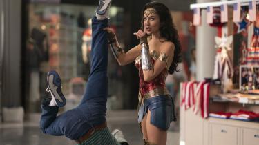 'Wonder Woman 1984' foregår i 1980'erne, og instruktør Patty Jenkins får megen sjov ud af højt hår og pastelfarvet joggingtøj og sin hovedperson, superhelten Wonder Woman (Gal Gadot).
