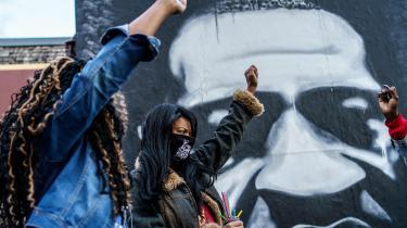 Politimordet på Geroge Floyd rejste en massiv protestbevægelse med øget fokus på racisme. Her er det Floyds kusine og tante til en mindedemonstration i Minneapolis i oktober. Men spørgsmålet er, om det kan resultere i varige forandringer.
